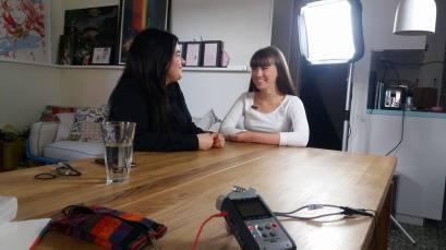 Programledaren Silke med digital-edil experten Hanaw Rashid